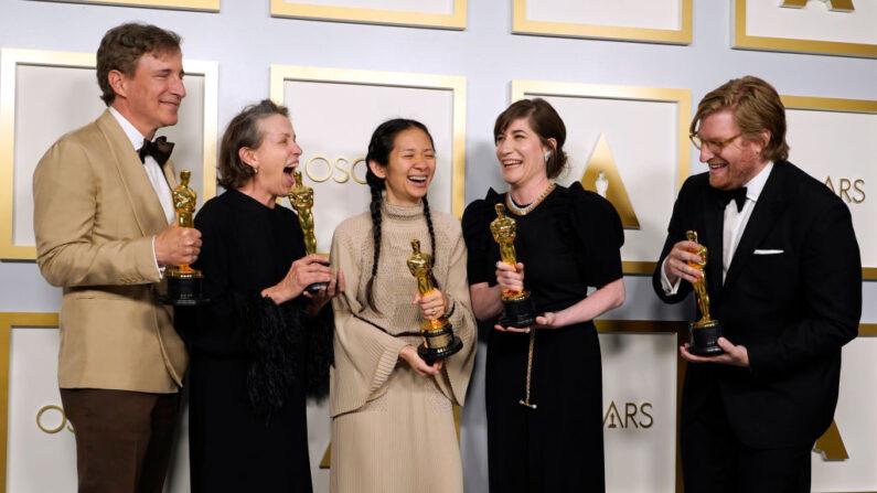 """(De i a d) Peter Spears, Frances McDormand, Chloé Zhao, Mollye Asher y Dan Janvey, ganadores del premio a la mejor película por """"Nomadland"""", posan en la sala de prensa de los Óscar el domingo 25 de abril de 2021, en Union Station, en Los Ángeles. (Chris Pizzello-Pool/Getty Images)"""