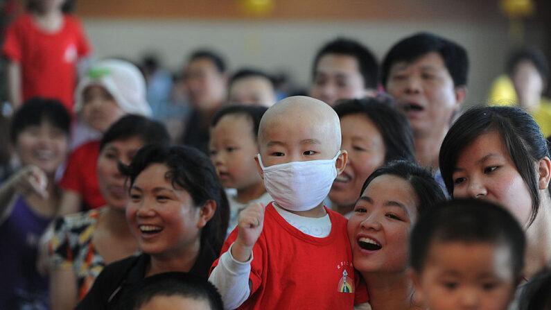 En esta foto tomada el 27 de mayo de 2012, un grupo de niños chinos con leucemia asiste a un acto de recaudación de fondos para ayudar a sus familias a pagar sus tratamientos, en Hefei, provincia oriental china de Anhui. (STR/AFP/GettyImages)