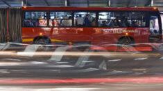Chofer mexicano se enfrenta con valentía a un ladrón armado que asaltó su autobús