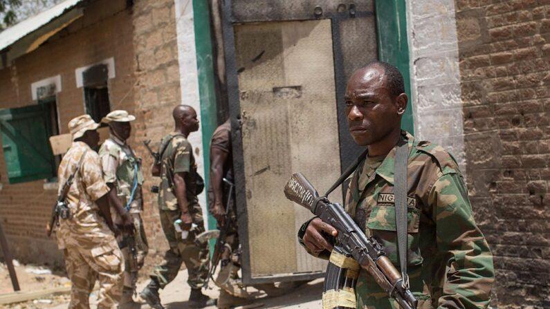 Las tropas nigerianas llegan para inspeccionar una antigua prisión el 25 de marzo de 2015. (Nichole Sobecki / AFP vía Getty Images)