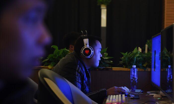 Personas con sus computadores en un bar con internet en Beijing el 16 de diciembre de 2015. (Greg Baker/AFP vía Getty Images)