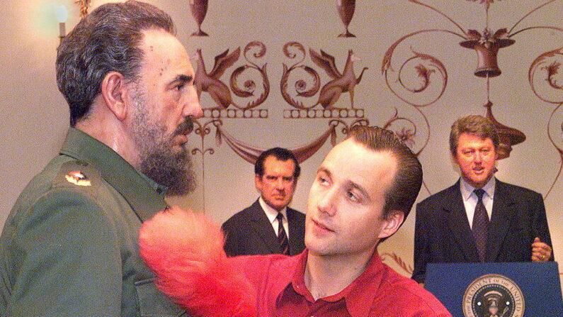 La figura de cera del dictador cubano Fidel Castro recibe un cepillado del asistente de vestuario frente a las figuras de los presidentes estadounidenses Bill Clinton (der.) y Richard Nixon (izq.) en Madame Tussaud's en Londres. (JONATHAN UTZ/AFP a través de Getty Images)