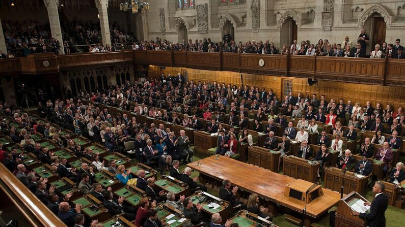 El presidente estadounidense, Barack Obama, se dirige al Parlamento en la Cámara de los Comunes en Parliament Hill mientras asistía a la Cumbre de Líderes de América del Norte y la Cumbre de Líderes el 29 de junio de 2016 en Ottawa, Ontario. (BRENDAN SMIALOWSKI/AFP a través de Getty Images)