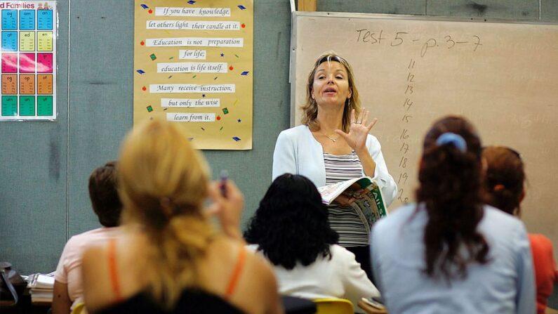 En la foto de archivo, una profesora habla a la clase en una escuela el 16 de junio de 2006 en Miami, Florida. (Joe Raedle/Getty Images)