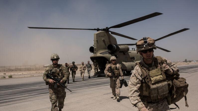 Miembros del servicio estadounidense bajan de un helicóptero en la pista de aterrizaje de Camp Bost el 11 de septiembre de 2017 en la provincia de Helmand, Afganistán. (Andrew Renneisen/Getty Images)