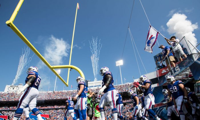 Buffalo Bills saldrá al campo antes de un juego de la NFL contra los Broncos de Denver  en New Era Field en el Orchard Park, Nueva York, el 24 de septiembre de 2017. (Bryan Bennett/Getty Images)