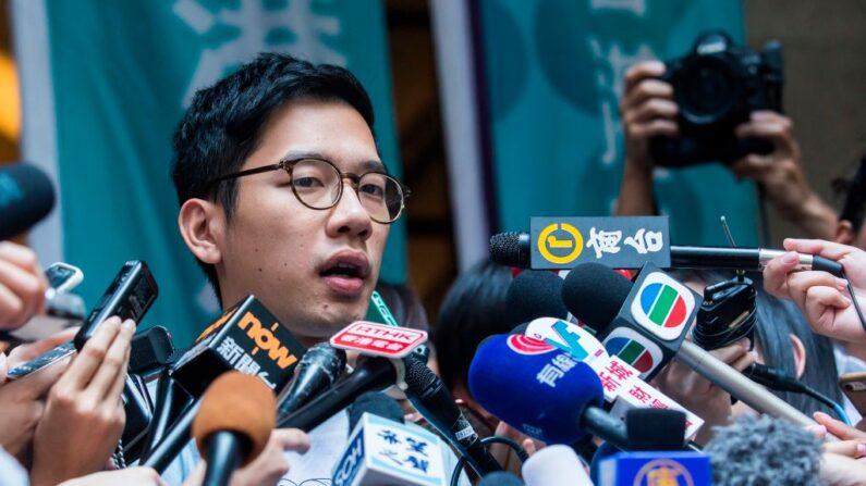 Nathan Law, activista prodemocrático, habla con los medios de comunicación fuera del Tribunal de Apelación Final después de que la solicitud de libertad bajo fianza de Joshua Wong (no aparece en la foto) y él tuvo éxito en el tribunal más alto de Hong Kong el 24 de octubre de 2017. (Isaac Lawrence / AFP vía Getty Images)