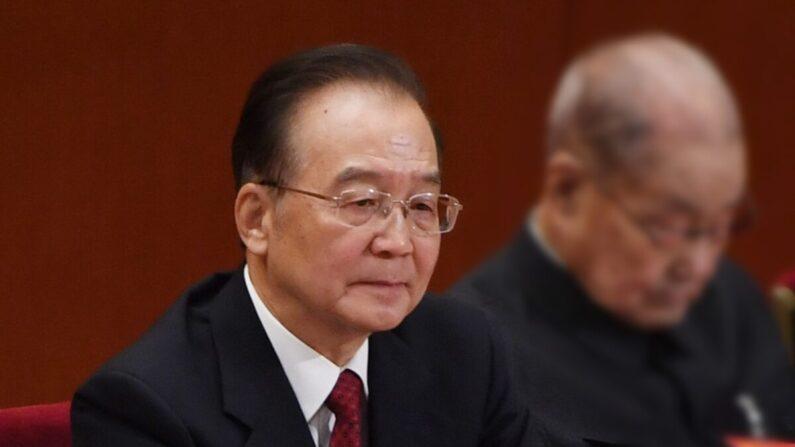 El exprimer ministro chino Wen Jiabao escucha los discursos durante la sesión de clausura del congreso de la legislatura del títere en Beijing, China, el 24 de octubre de 2017. (GREG BAKER/AFP vía Getty Images)