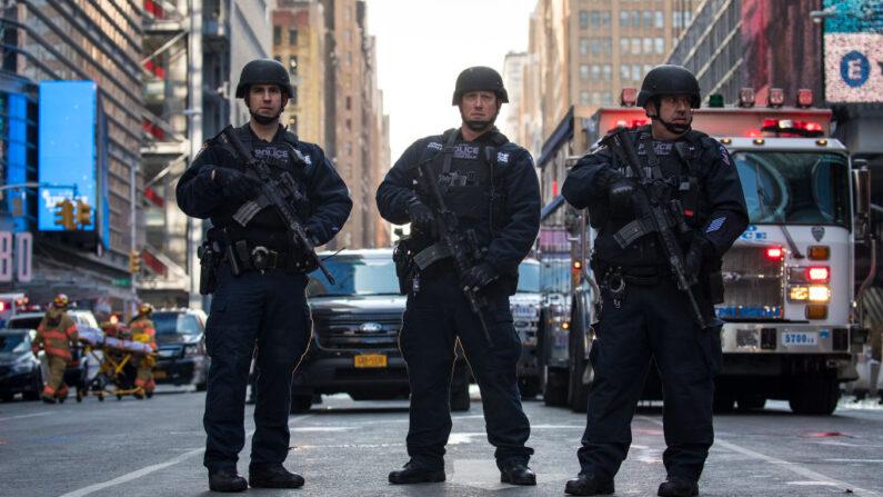 Agentes del Departamento de Policía de Nueva York hacen guardia cerca de la Terminal de Autobuses de la Autoridad Portuaria de Nueva York, el 11 de diciembre de 2017 en la ciudad de Nueva York. El Departamento de Policía dijo que una persona, Akayed Ullah, estaba bajo custodia por un intento de ataque terrorista después de una explosión en un pasaje que une la Terminal de Autobuses de la Autoridad Portuaria con el metro. (Drew Angerer/Getty Images)