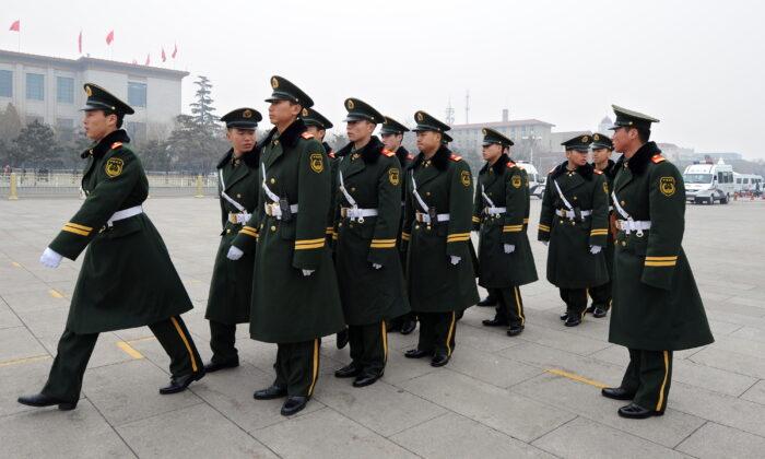 Un grupo de policías paramilitares chinos se prepara para desfilar en la plaza de Tiananmen en Beijing el 4 de marzo de 2010. (Frederic J. Brown/AFP vía Getty Images)