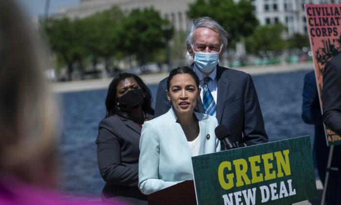 La representante Alexandria Ocasio-Cortez (D-N.Y.) habla en una conferencia de prensa celebrada para volver a presentar el Green New Deal, en Washington, el 20 de abril de 2021. (Sarah Silbiger/Getty Images)