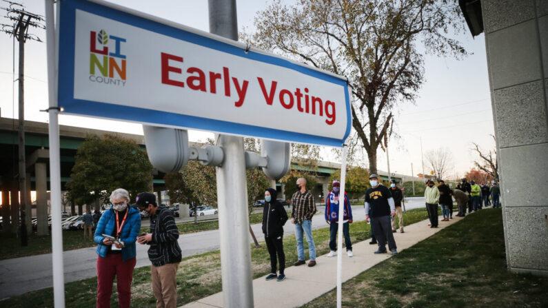 Los votantes esperan en fila para emitir sus votos el último día de la votación anticipada para las elecciones presidenciales de 2020, en una foto de archivo. (Mario Tama/Getty Images)