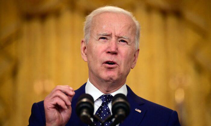 El presidente de Estados Unidos, Joe Biden, pronuncia un discurso sobre Rusia en la Casa Blanca, en Washington, el 15 de abril de 2021. (Jim Watson/AFP a través de Getty Images)