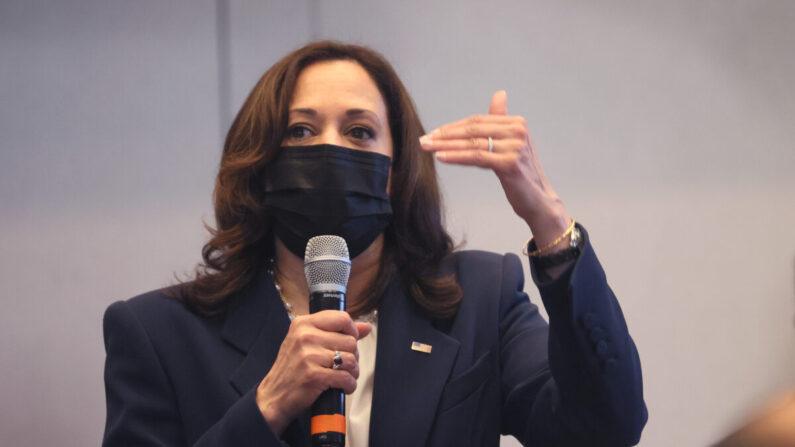 La vicepresidenta Kamala Harris habla en un centro de vacunación en Chicago, Illinois, el 6 de abril de 2021. (Scott Olson/Getty Images)