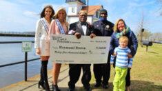 Mamá de niño con autismo ayuda a recaudar USD 35,000 para conserje de la escuela por su trabajo