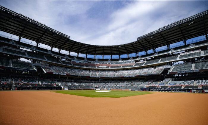 Los fanáticos de los Atlanta Braves ven el juego 3 de la Serie Divisional de la Liga Nacional entre los Miami Marlins y los Atlanta Braves en el Truist Park en Atlanta, Georgia, el 8 de octubre de 2020 (Todd Kirkland / Getty Images).