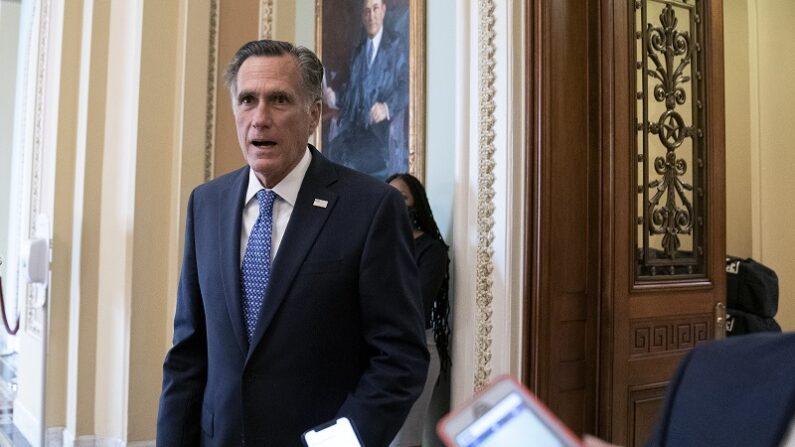 El senador Mitt Romney (R-Utah) habla con varios reporteros en el Capitolio de EE.UU., en Washington, el 21 de septiembre de 2020. (Stefani Reynolds/Getty Images)