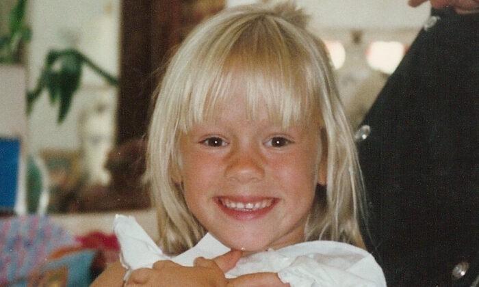 Natalia Barnes, de unos 6 años de edad, lista para otra cirugía en el hospital infantil de San Diego, California. Actualmente Natalia Barnes ese instructora y entrenadora de spinning certificada. (Cortesía de Wayne Barnes)