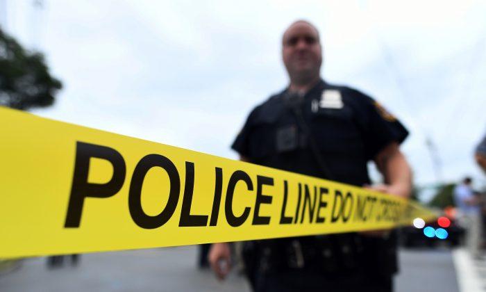 Un agente de policía coloca una cinta policial. (Jewel Samad/AFP/Archivo/Getty Images)