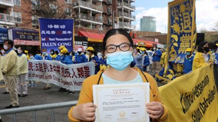 Inmigrante china renuncia al PCCh en memoria de 3 familiares que murieron tras ser perseguidos