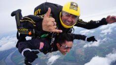 Joven en silla de ruedas cumple su sueño de saltar en paracaídas con el Ejército de EE.UU.