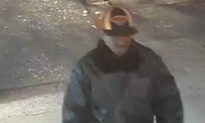 El sospechoso de un ataque a un anciano asiático se observa en las imágenes de vigilancia en la ciudad de Nueva York, NY, el 23 de abril de 2020. (Departamento de Policía de la ciudad de Nueva York)