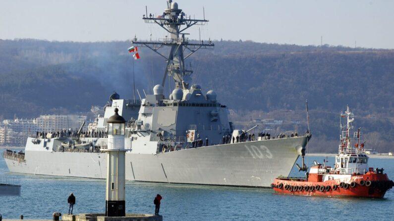 El destructor de la Armada estadounidense USS Truxtun entrando en el puerto de Varna, en el Mar Negro, en Bulgaria, el 13 de marzo de 2014. (Anton Stoyanov/AFP/Getty Images)