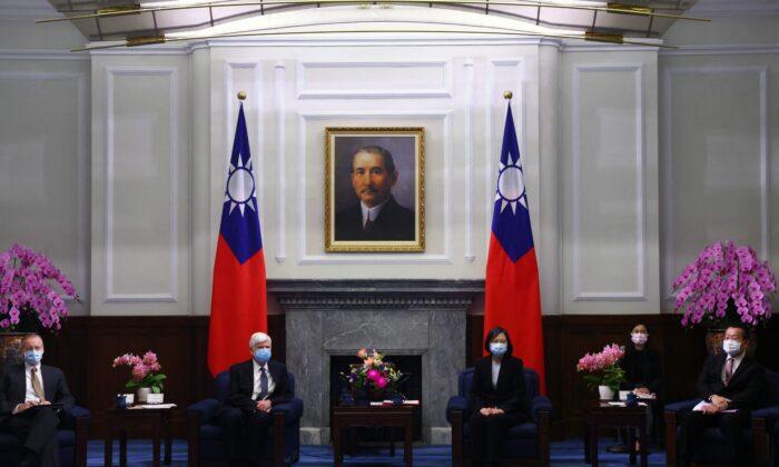 La presidenta de Taiwán, Tsai Ing-wen, y el exsenador estadounidense Chris Dodd (D-Conn.) asisten a una reunión en la oficina presidencial en Taipei el 15 de abril de 2021. (Ann Wang/POOL/AFP vía Getty Images)