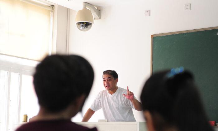 """Trato hacia profesores en la China comunista frente al resto del mundo: """"Está matando a la humanidad"""""""