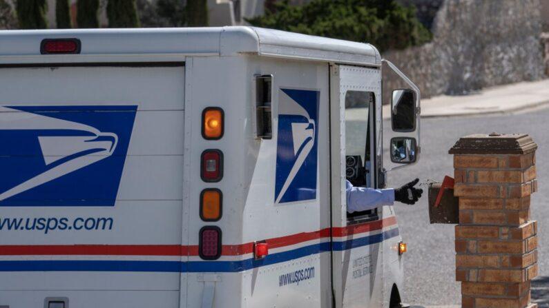 Un cartero del Servicio Postal de los Estados Unidos entrega el correo en El Paso, Texas, el 30 de abril de 2020. (Paul Ratje/AFP vía Getty Images)