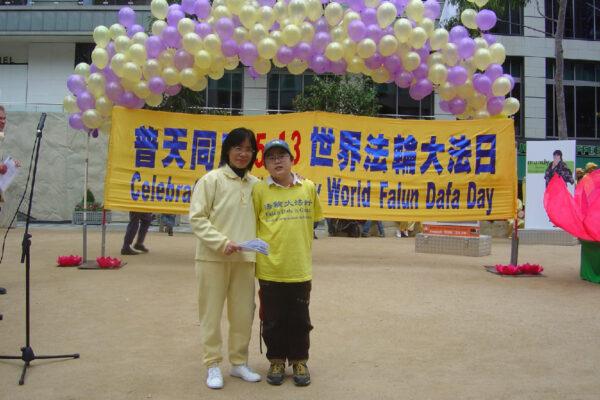 Wang Ying y su hijo se unen a la celebración del Día Mundial de Falun Dafa después de que huyeron a Australia. (Cortesía de Wang Ying)