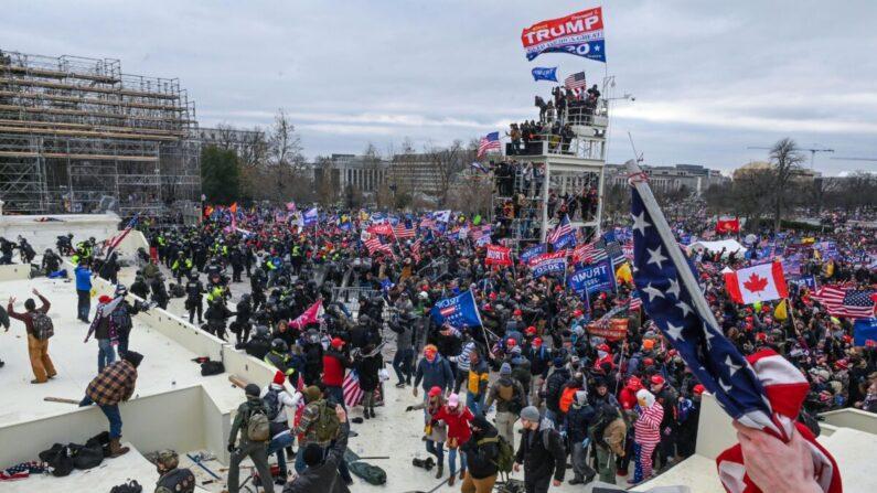 Los manifestantes chocan con la policía y las fuerzas de seguridad cuando invaden la plataforma de inauguración del Capitolio de los Estados Unidos en Washington el 6 de enero de 2021. (Roberto Schmidt/AFP a través de Getty Images)
