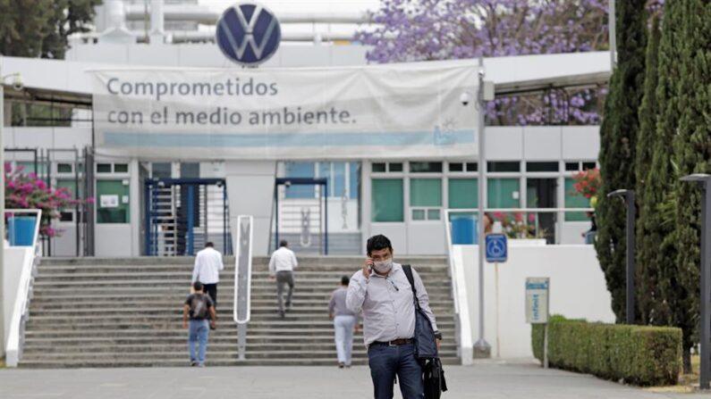 Trabajadores caminan en la fábrica de Volkswagen en Puebla (México). EFE/Hilda Ríos/Archivo