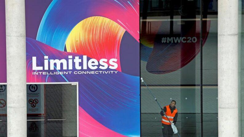 El Mobile World Congress Barcelona 2021 se celebrará pese a que algunos participantes han decidido no participar físicamente por la pandemia de la COVID-19, confirmó este jueves 8 de abril el consejero delegado de GSMA, organizadora del evento, John Hoffman. EFE/Alberto Estévez/Archivo