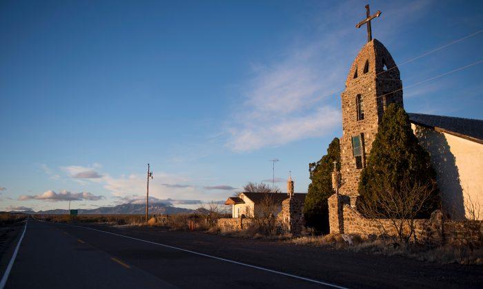 Una iglesia católica se encuentra junto a la carretera en Hachita, Nuevo México, el 19 de febrero de 2017, cerca de la frontera entre Estados Unidos y México. (Jim Watson/AFP/Getty Images)