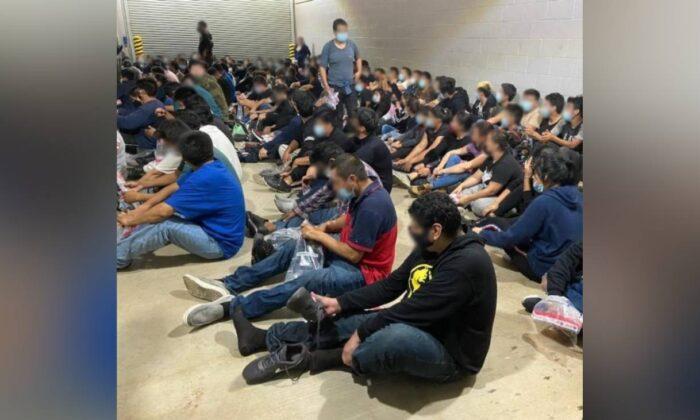 Grupo de extranjeros ilegales detenidos por los agentes de la Patrulla Fronteriza de Estados Unidos al norte de Laredo, Texas, el 16 de abril de 2021. (Aduanas y Patrulla Fronteriza de EE.UU.)