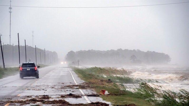 Un coche conduce por una carretera mientras se aproxima un huracán al puerto de Alabama, EEUU. EFE/EPA/Dan Anderson/Archivo
