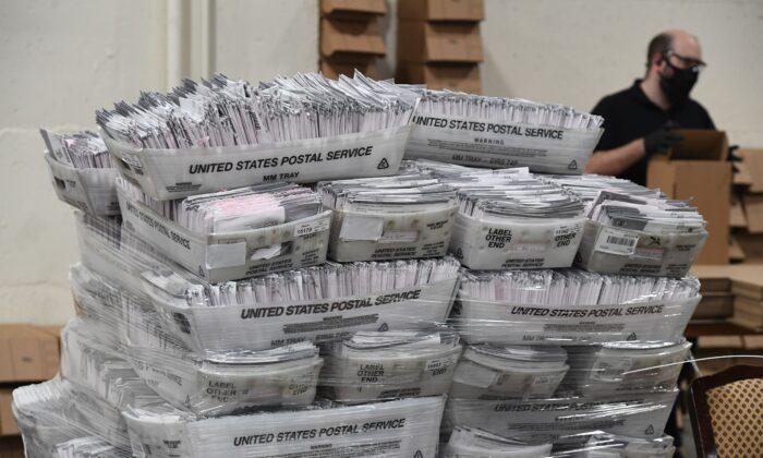 Votos por correo en el centro de procesamiento del condado de Los Ángeles, en Pomona, California, el 28 de octubre de 2020. (Robyn Beck/AFP a través de Getty Images)