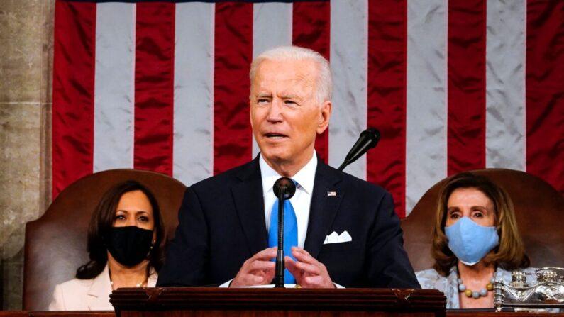 El presidente estadounidense Joe Biden, flanqueado por la vicepresidente Kamala Harris (izq.) y la presidente de la Cámara de Representantes, Nancy Pelosi (der.), se dirige a una sesión conjunta del Congreso en el Capitolio de Estados Unidos, en Washington, el 28 de abril de 2021. (Melina Mara/POOL/AFP a través de Getty Images)