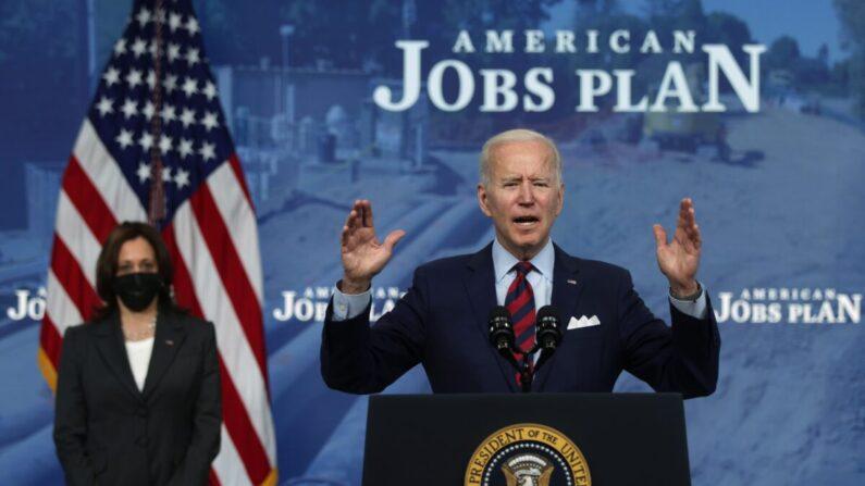 El presidente Joe Biden habla sobre el empleo y la economía mientras la vicepresidenta Kamala Harris escucha, en la Casa Blanca en Washington el 7 de abril de 2021. (Alex Wong/Getty Images)