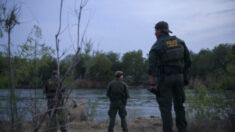 Soldados rescatan a un menor migrante de las aguas del Río Grande en Texas