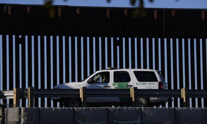 Un agente de la Patrulla Fronteriza de EE. UU. permanece en un vehículo a un costado del muro fronterizo cerca del Puerto de Entrada de San Ysidro de Aduanas y Protección Fronteriza de EE. UU. (CBP) en la frontera entre Estados Unidos y México en San Diego, California, el 19 de febrero de 2021. (Patrick T. Fallon/AFP a través de Getty Images)
