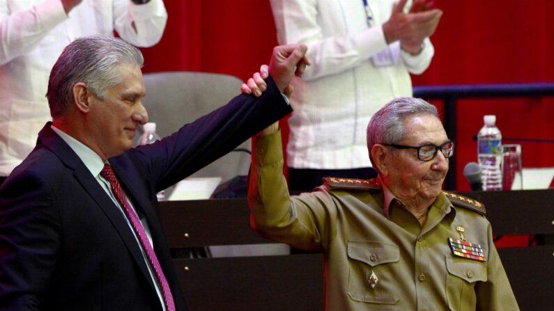 El líder cubano Miguel Díaz-Canel Bermúdez junto al exgeneral de Ejército Raúl Castro, tras su elección como Primer Secretario del Comité Central del Partido Comunista de Cuba (PCC), durante la Sesión de Clausura del VIII Congreso del PCC, en el Palacio de Convenciones, en La Habana, Cuba. (EFE/ACN/Ariel Ley Royero)