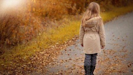 """Mujer de 25 años adoptada al nacer, mide 1 metro de altura y aparenta 5 años: """"Vive su vida al máximo"""""""