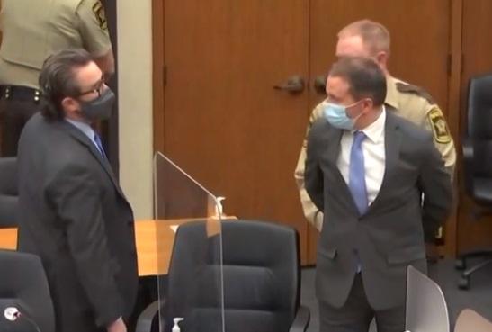El exoficial de policía de Minneapolis Derek Chauvin, en el centro, es esposado mientras su abogado Eric Nelson, a la izquierda, observa al jurado que condena a Chauvin por tres cargos en el asesinato de George Floyd, en el condado de Hennepin, Minnesota, 20 de abril de 2021. (Captura de pantalla Court TV)
