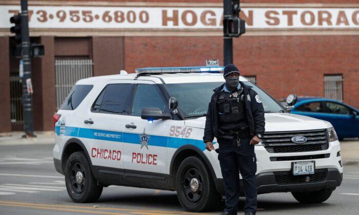 Agentes de la policía investigan un tiroteo en Chicago, Illinois, el 14 de marzo de 2021. (Kamil Krzaczynski/AFP a través de Getty Images)