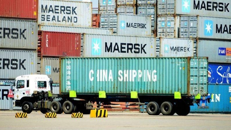 Un camión transporta contenedores marítimos en un puerto de Qingdao, en la provincia oriental china de Shandong, el 13 de abril de 2017. (STR/AFP via Getty Images)