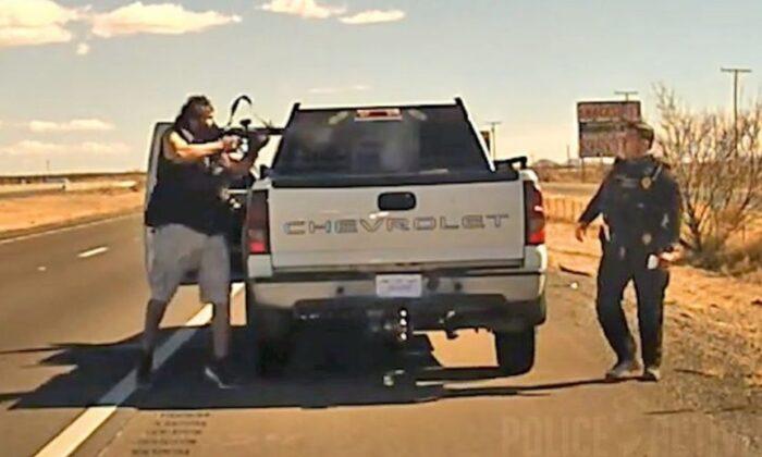 Un video publicado en línea muestra el momento en que un oficial de policía en Nuevo México fue asesinado a tiros durante una parada de tráfico. (Policía Estatal de Nuevo México)