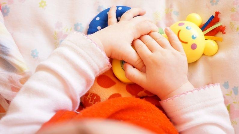 """Video de bebé de 1 año """"platicando"""" en lengua de señas con su papá sordo derrite corazones de miles"""