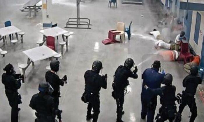 Personal del LPCC dispara agentes químicos a los detenidos que protestaban en un área de alojamiento, en Eloy, Arizona, el 13 de abril de 2020. (LPCC vía DHS OIG)